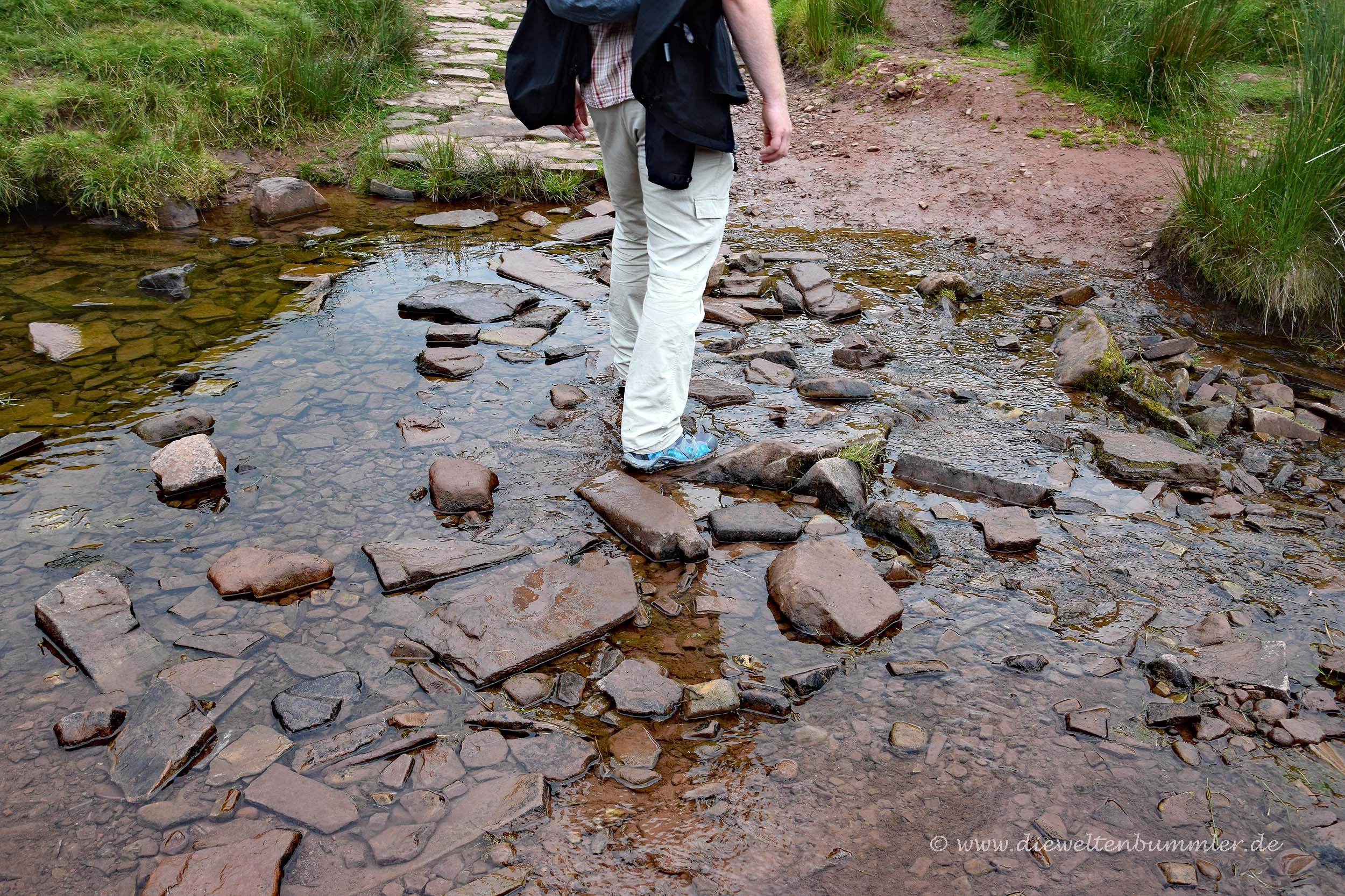 Wandern über einen Bach