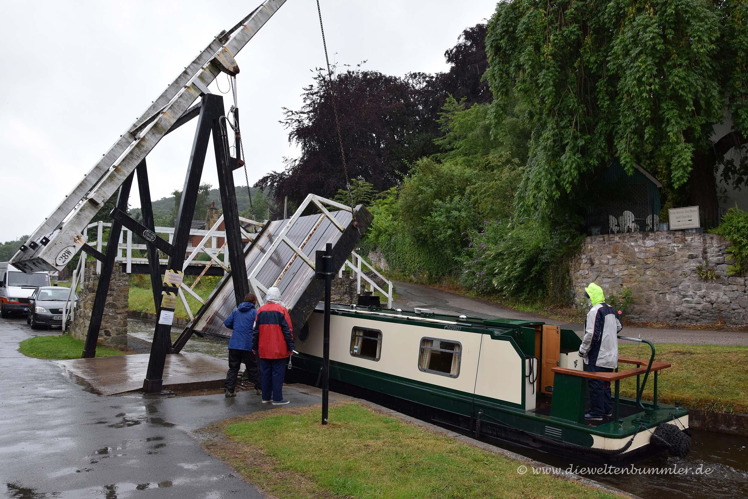 Die Bootsbesatzung muss die Brücken selber hochkurbeln