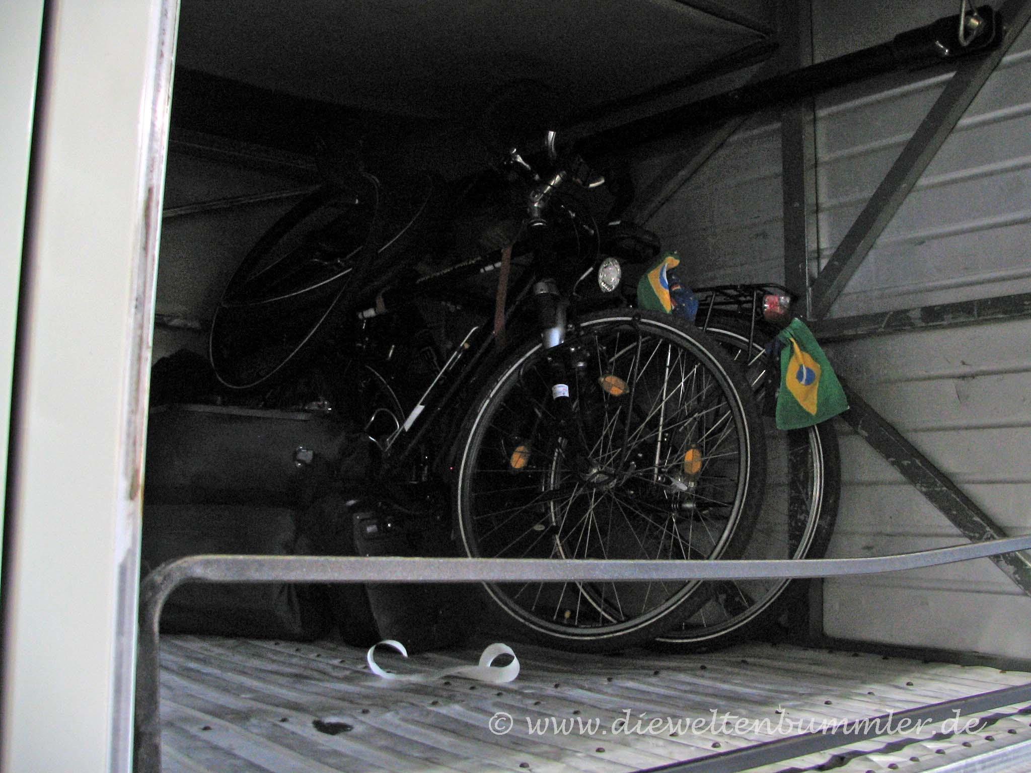 Fahrräder im Kofferraum des Busses