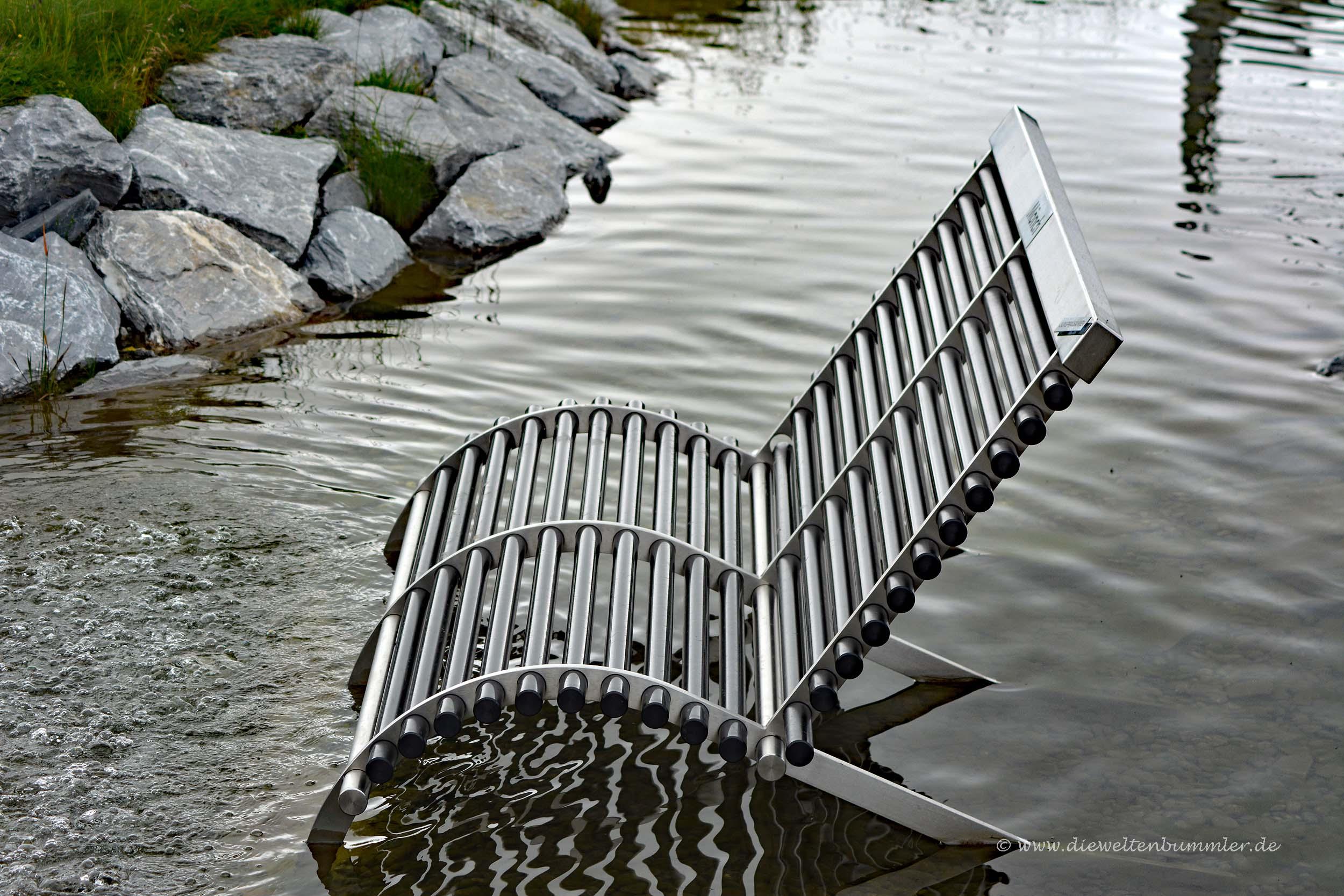 Sitzbank im Wasser