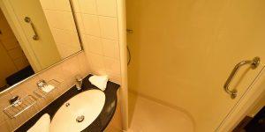 Badezimmer in einer Innenkabine