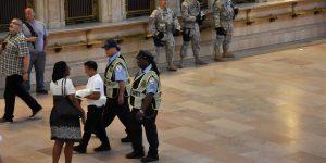 Cops und Soldaten im Bahnhof
