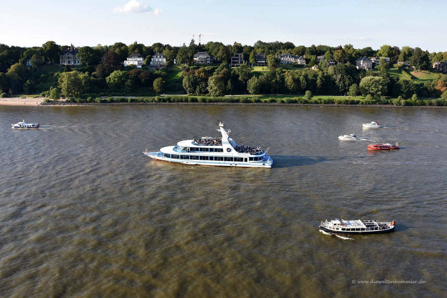 Ausfahrt mit Begleitung auf der Elbe