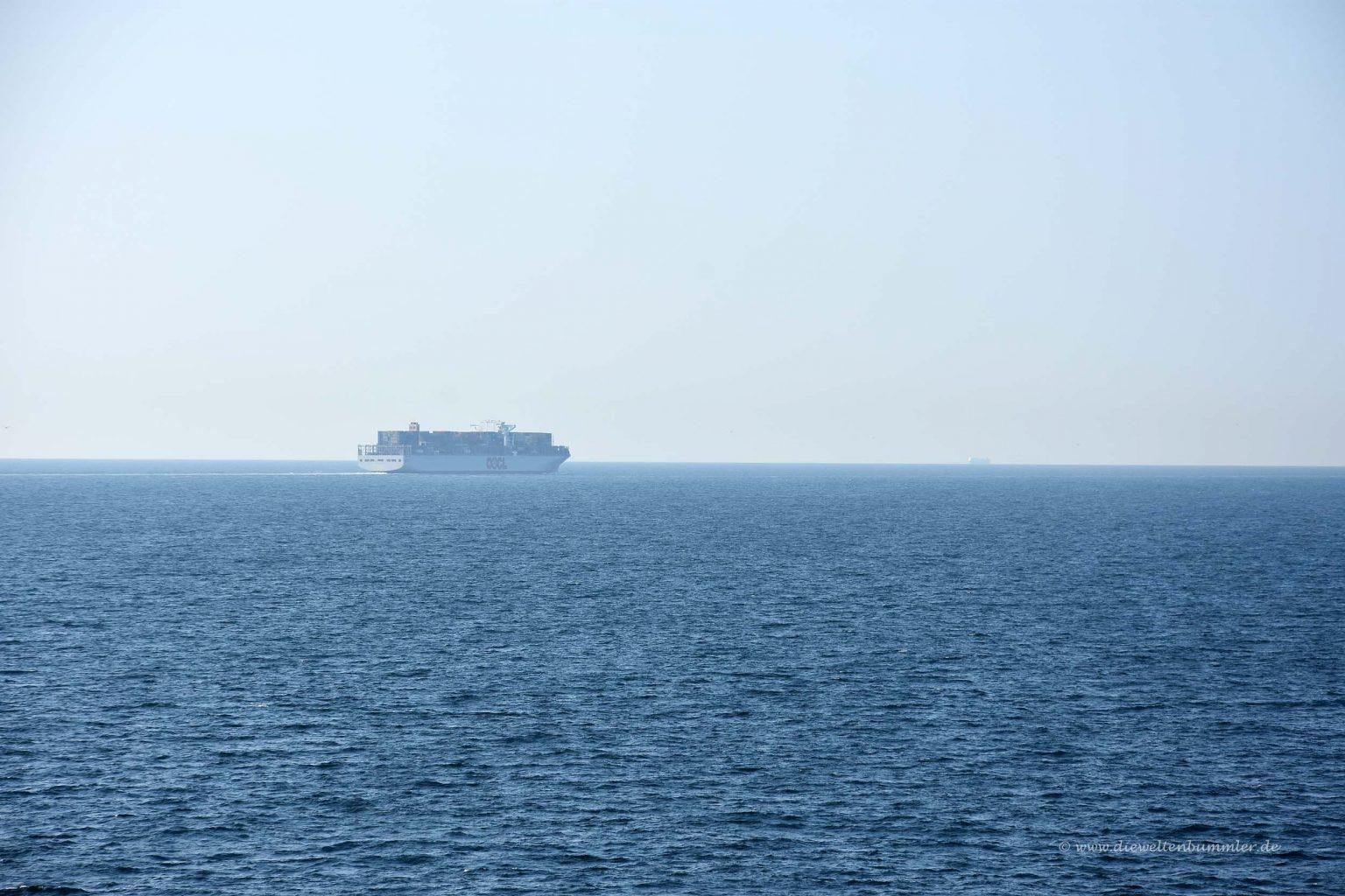 Frachtschiff in der Ferne