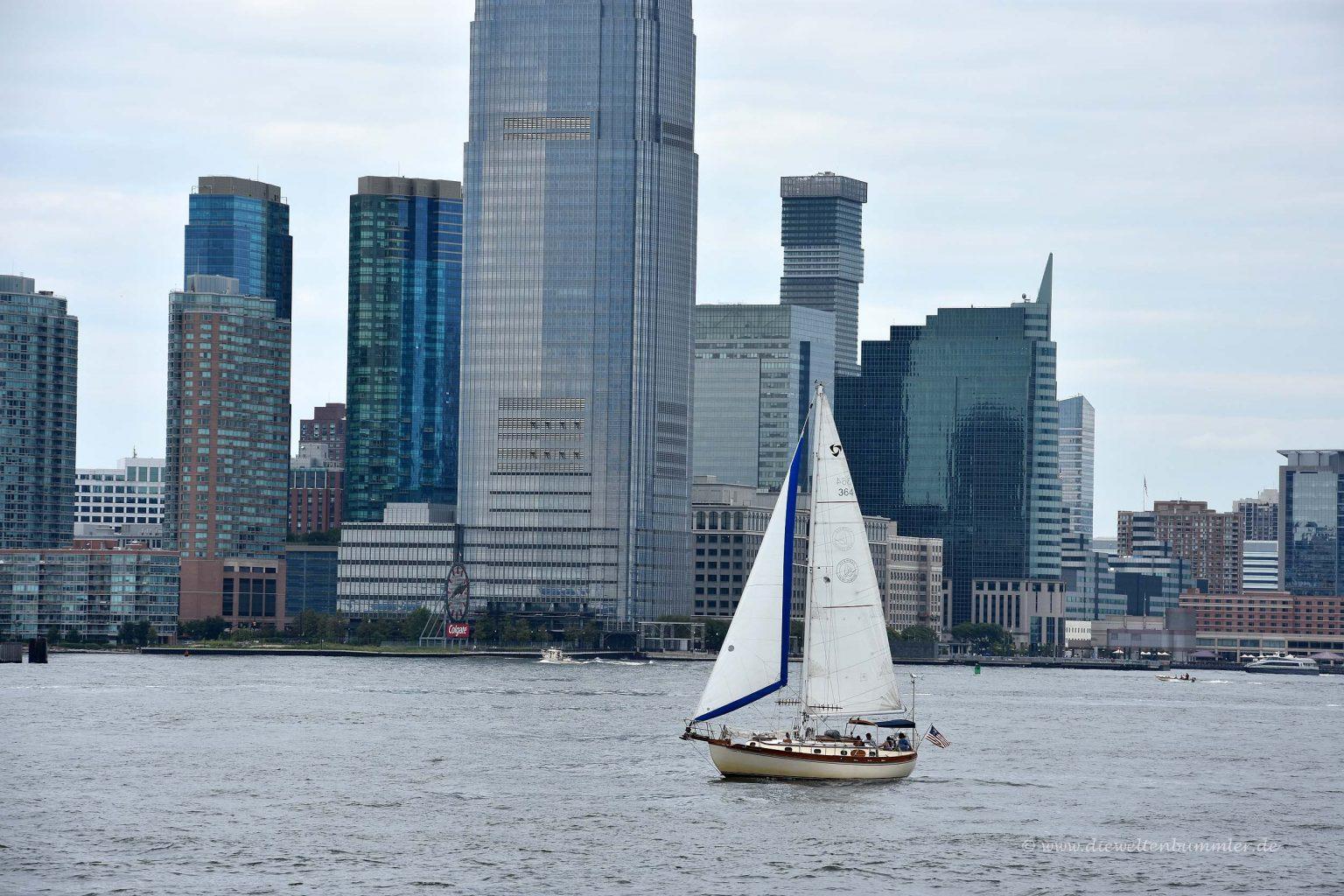 Segelboot vor der Kulisse New Yorks