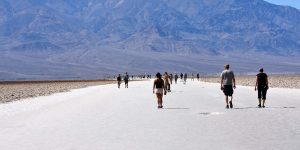 Spaziergänger auf Salz