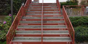 Treppe mit Willkommensgrüßen