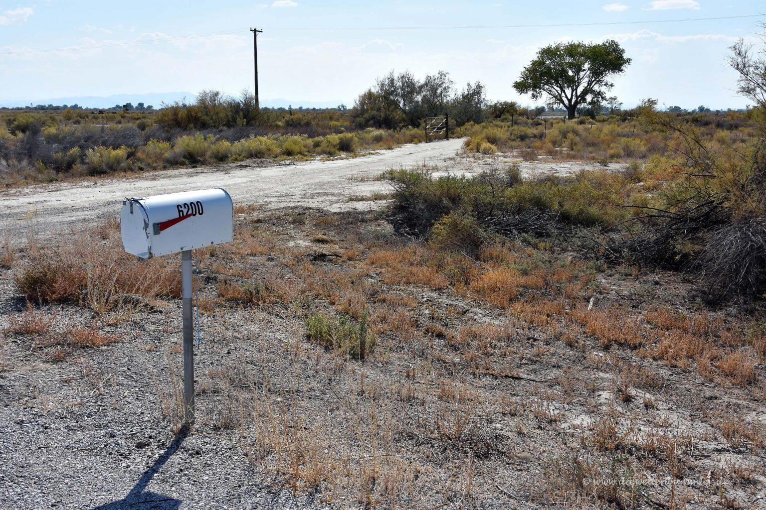 Einsamer Briefkasten