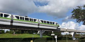 Monorailbahn zwischen den Parks