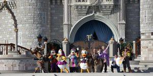 Disneyfiguren vor dem Schloss
