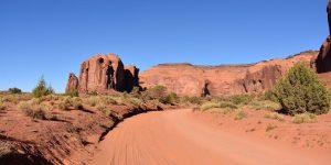 Staubige Straße im Monument Valley