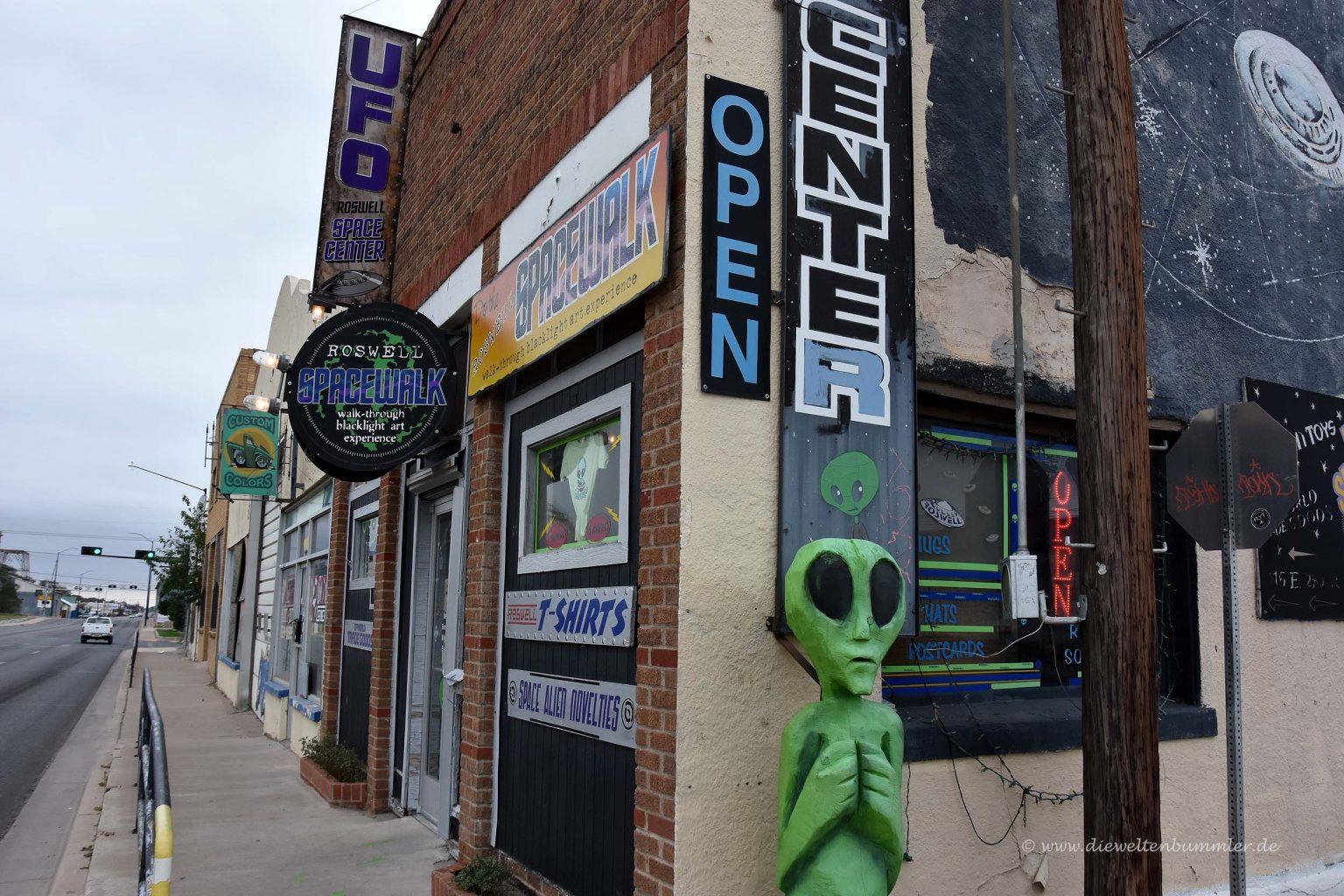 Andenkenladen mit Alien