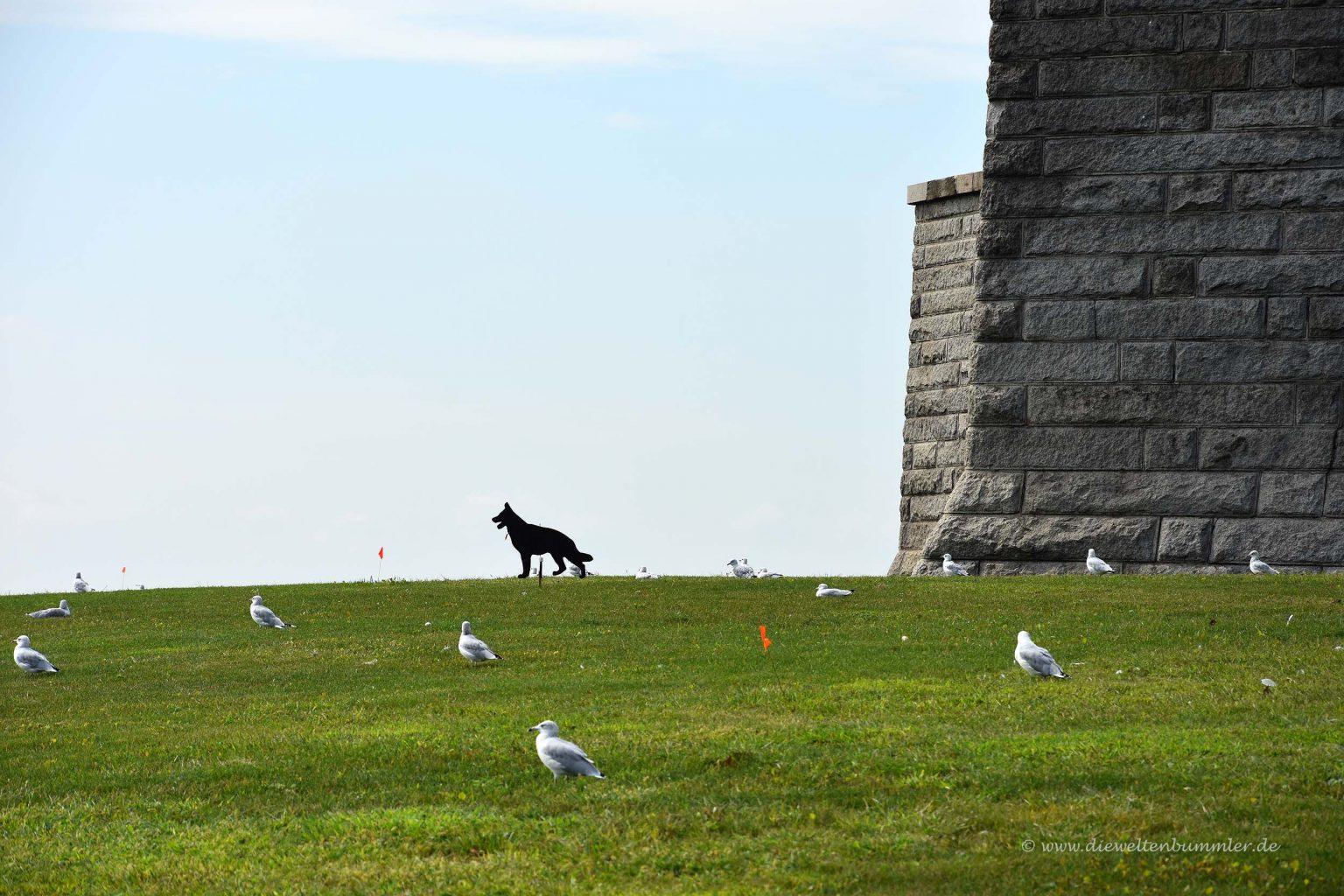 Vogelscheuche am Fuße der Statue