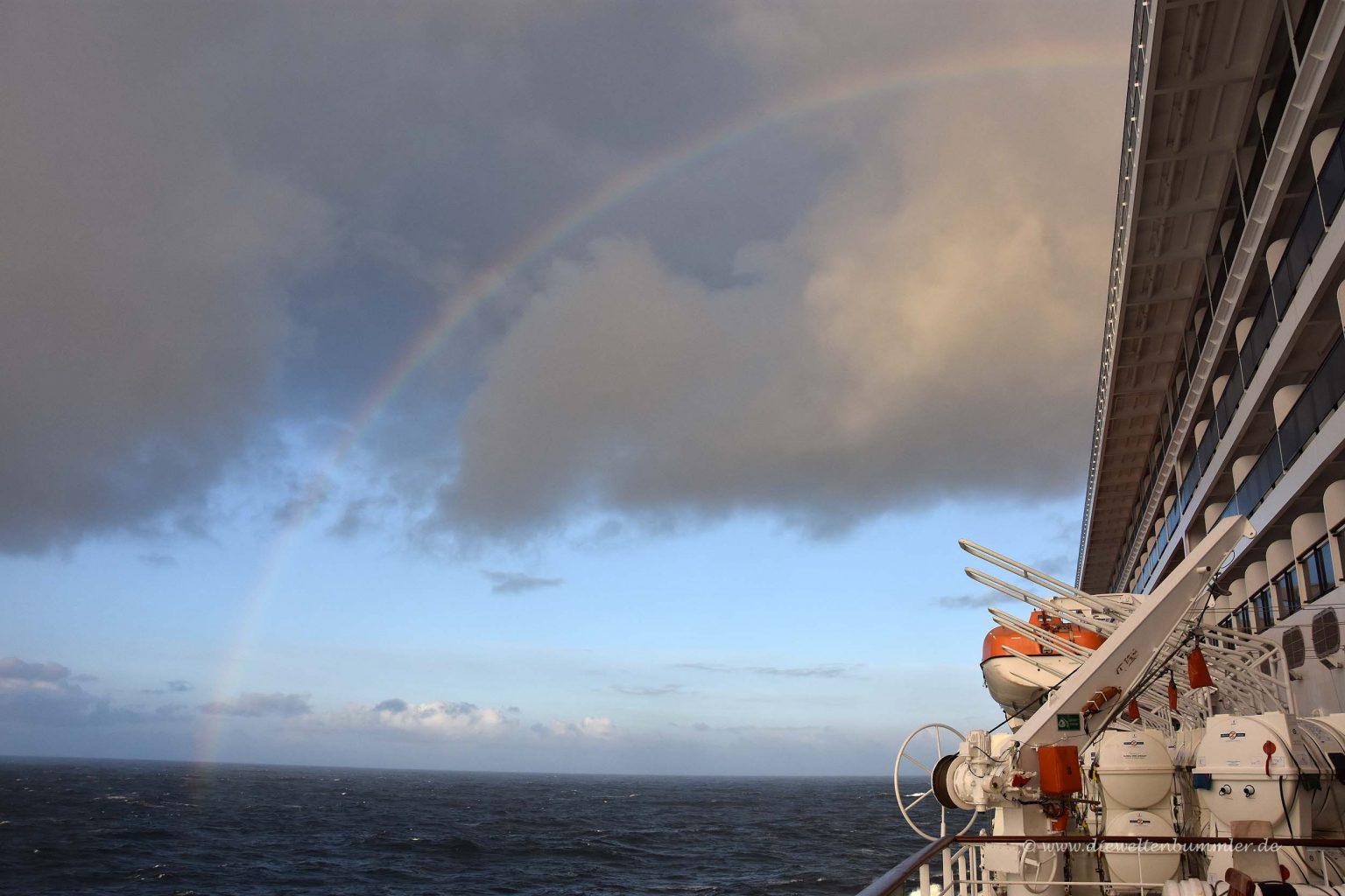 Regenbogen über dem Schiff