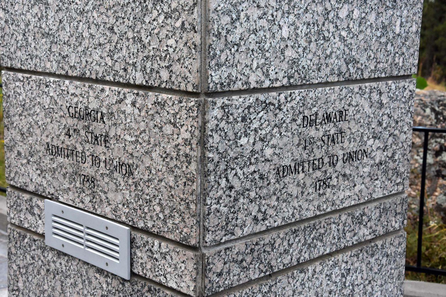 Inschriften an den Säulen