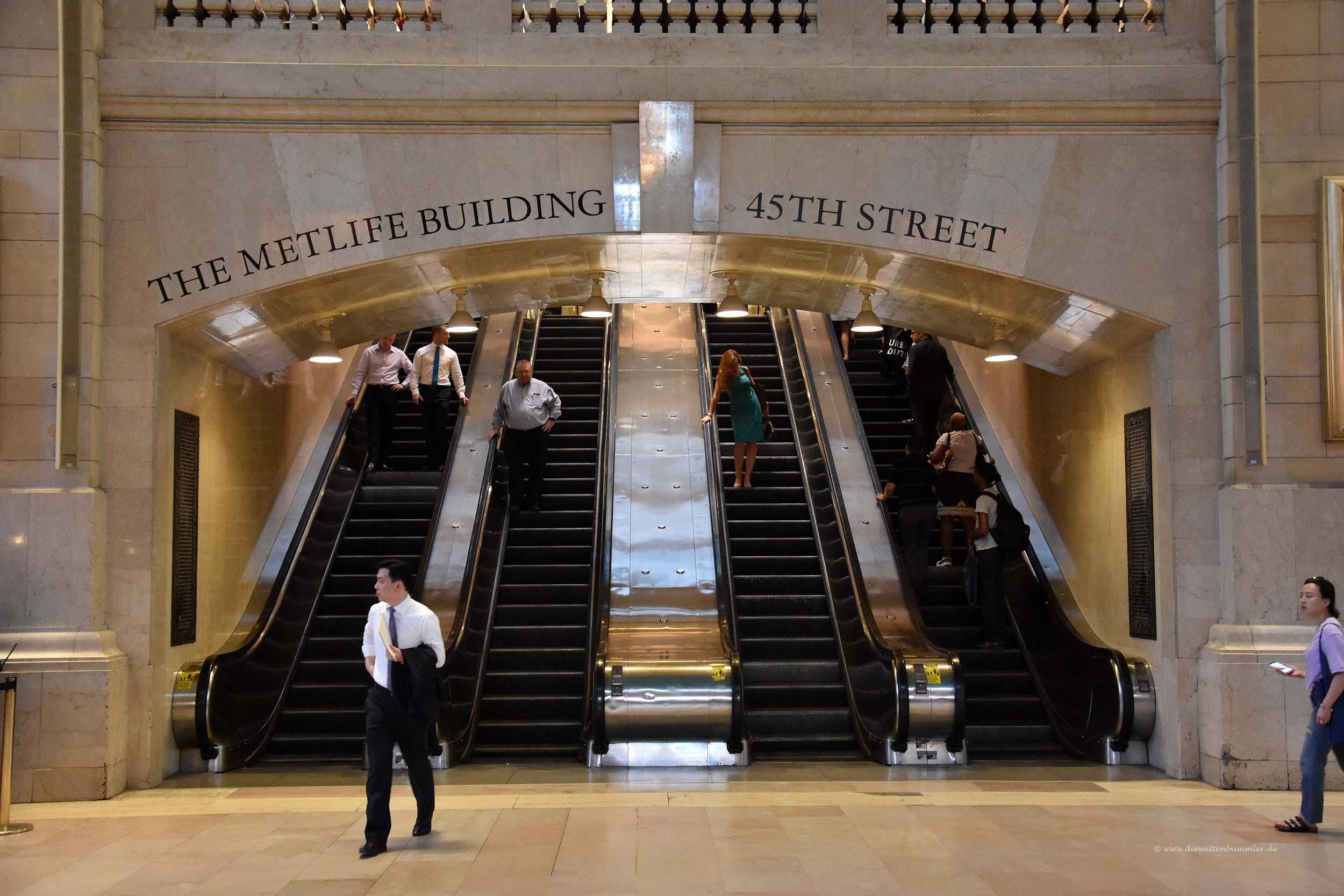 Rolltreppen im Bahnhof