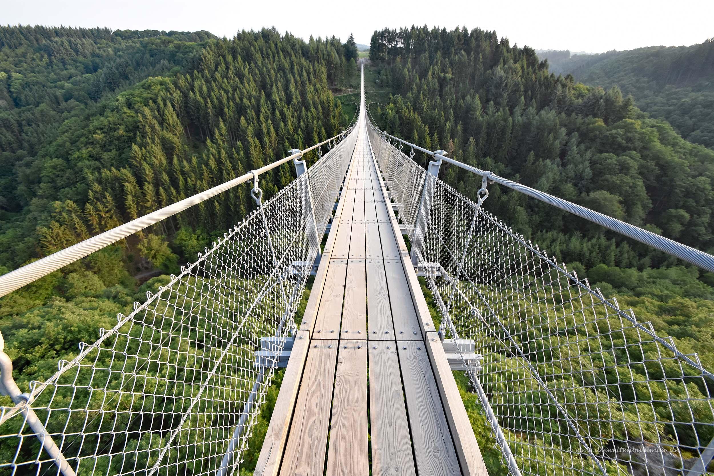 Ganz leere Hängebrücke