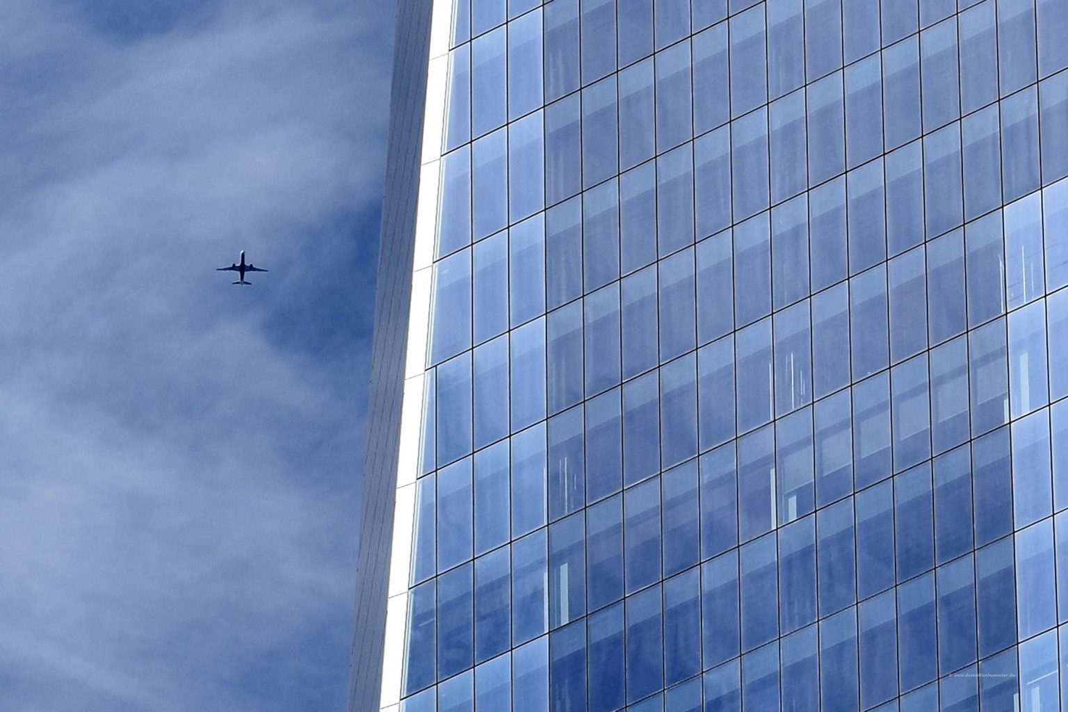 Flugzeug über dem One World Trade Center