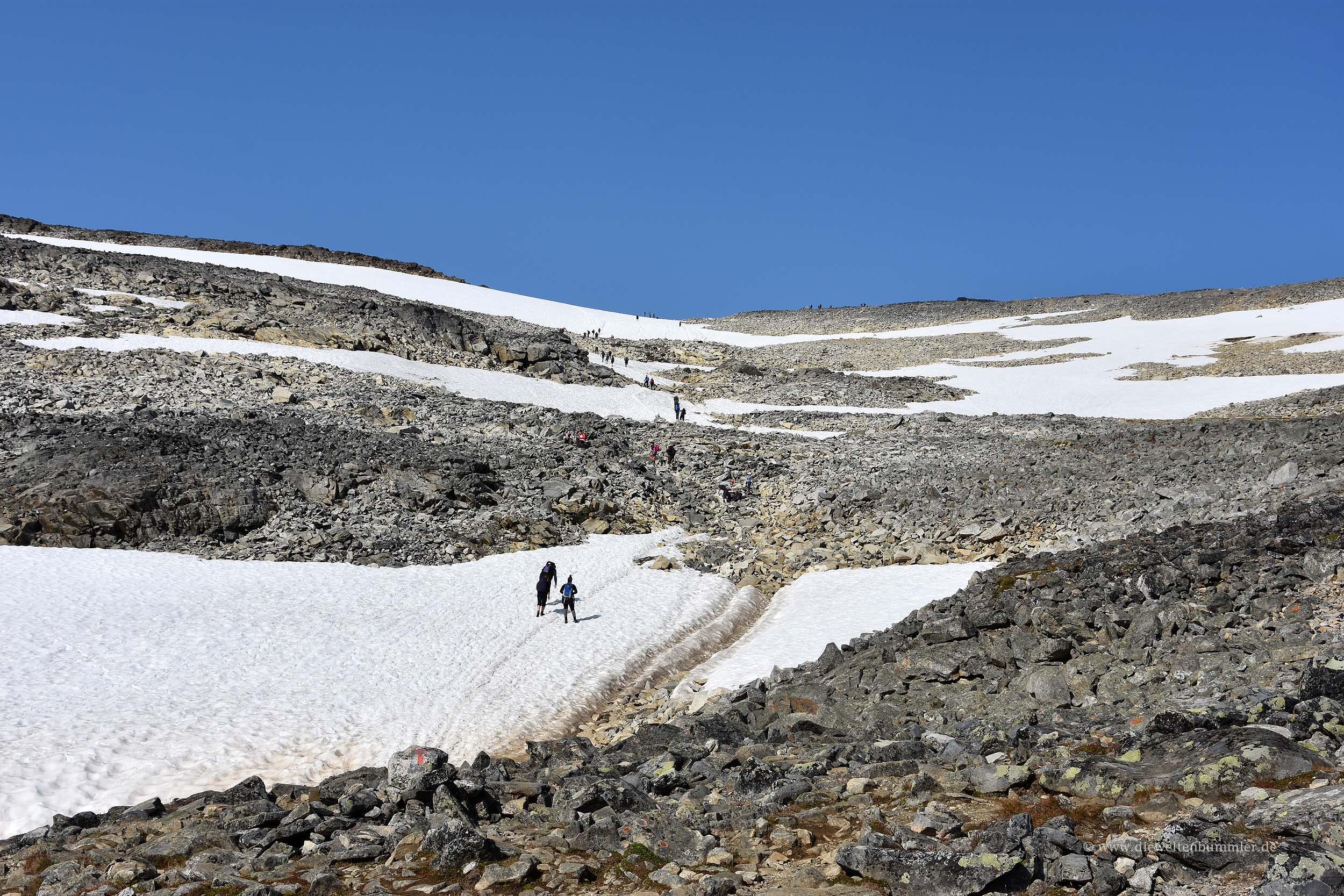 Schneefelder auf dem Wanderweg