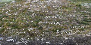 Schriftzüge aus Steinen