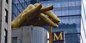 Hand auf dem Dach von Madame Tussaud