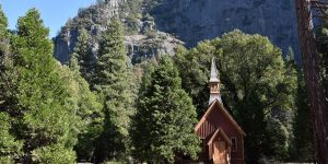 Kleine Kapelle im Tal