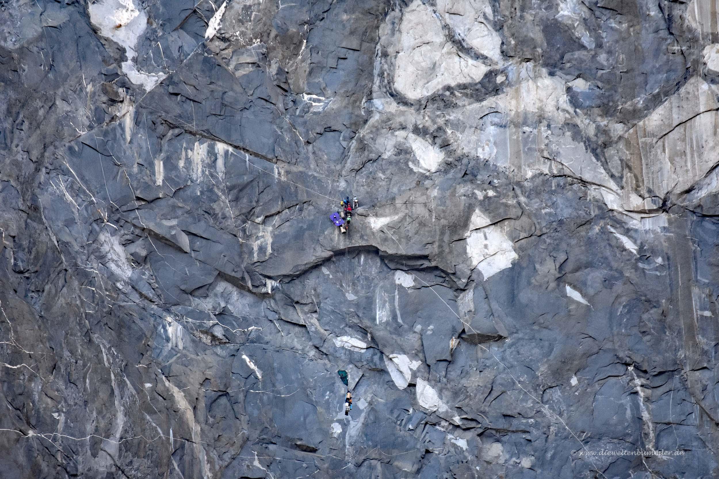 Kletterer in der steilen Felswand