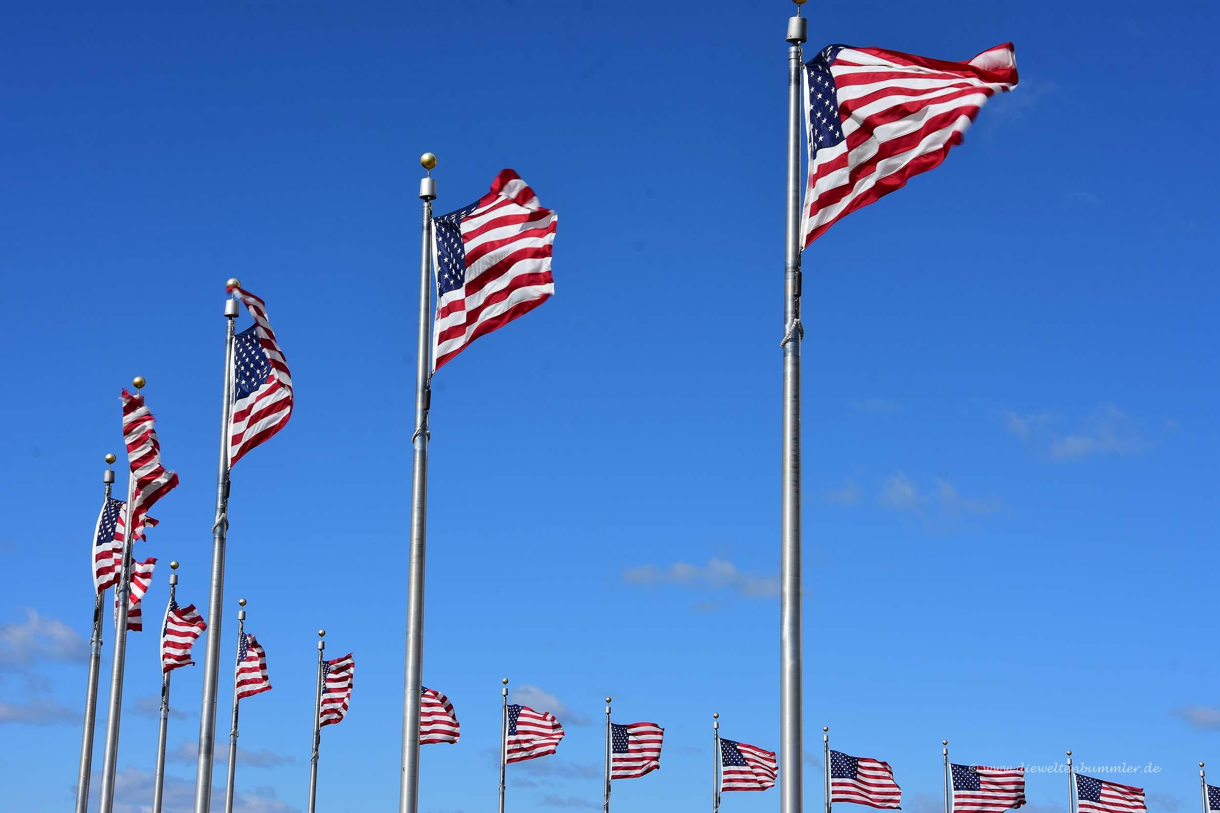 Amerikanische Flaggen rund um das Monument