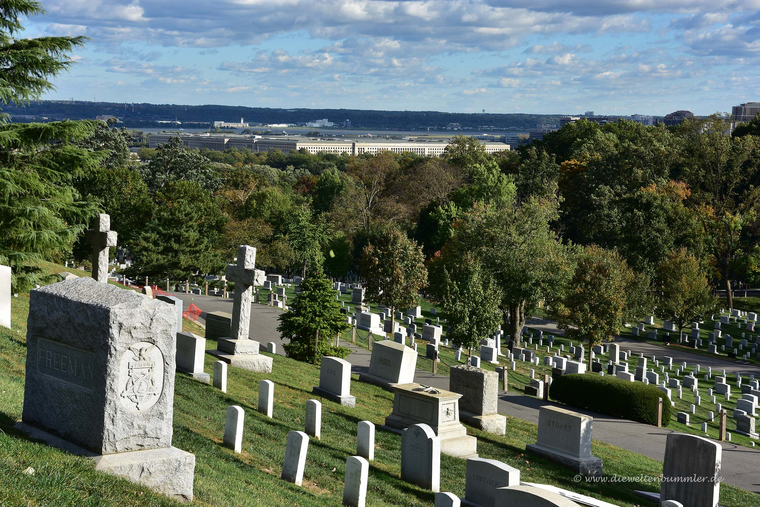 Blick über die Gräber zum Pentagon