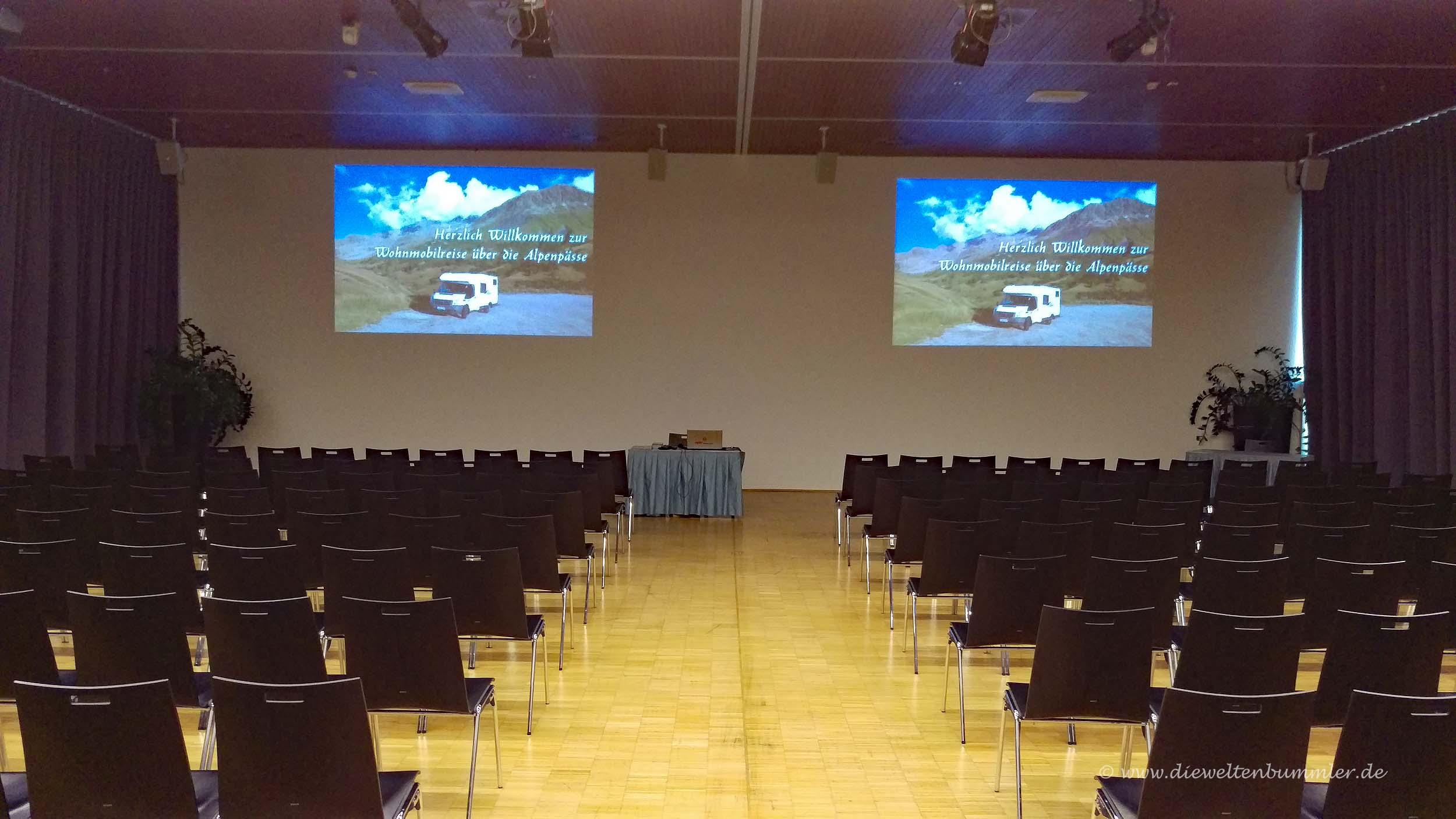 Großer Saal mit zwei Projektionsflächen