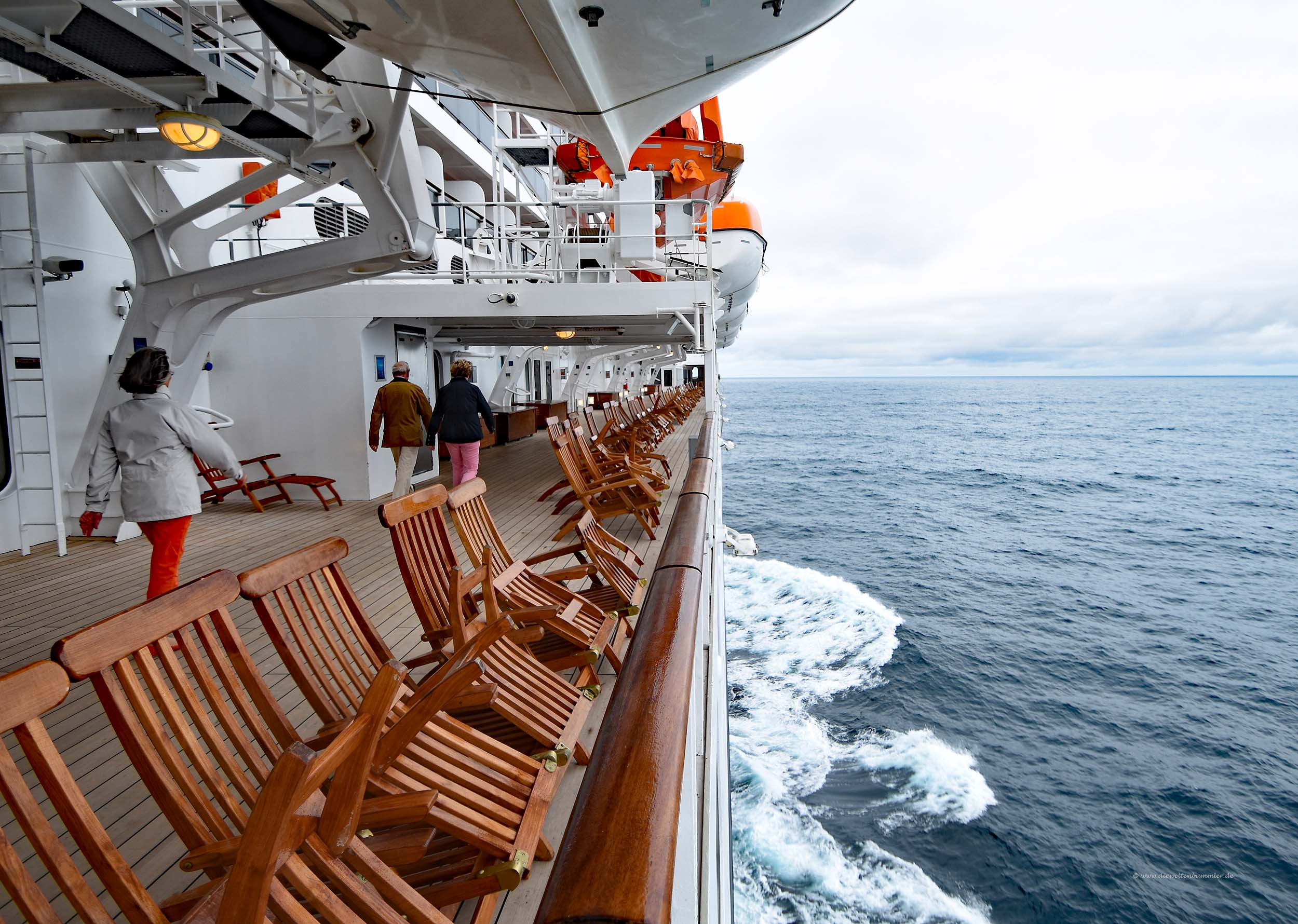 Rundweg um das Schiff