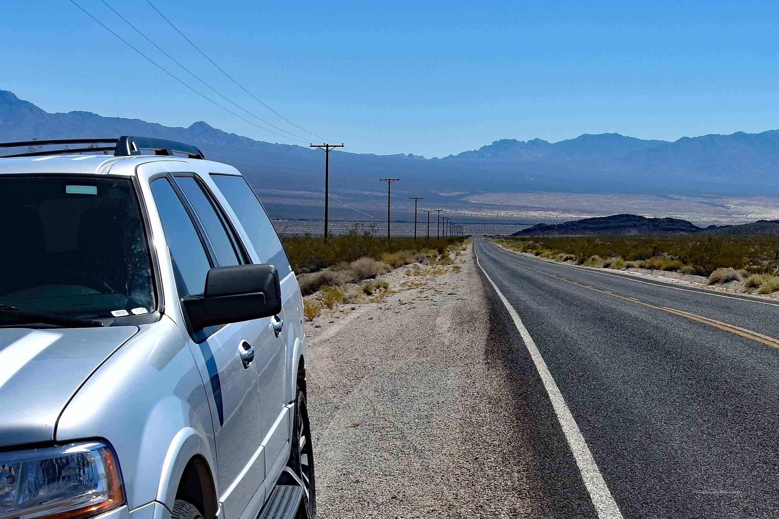 SUV in der Mojave-Wüste