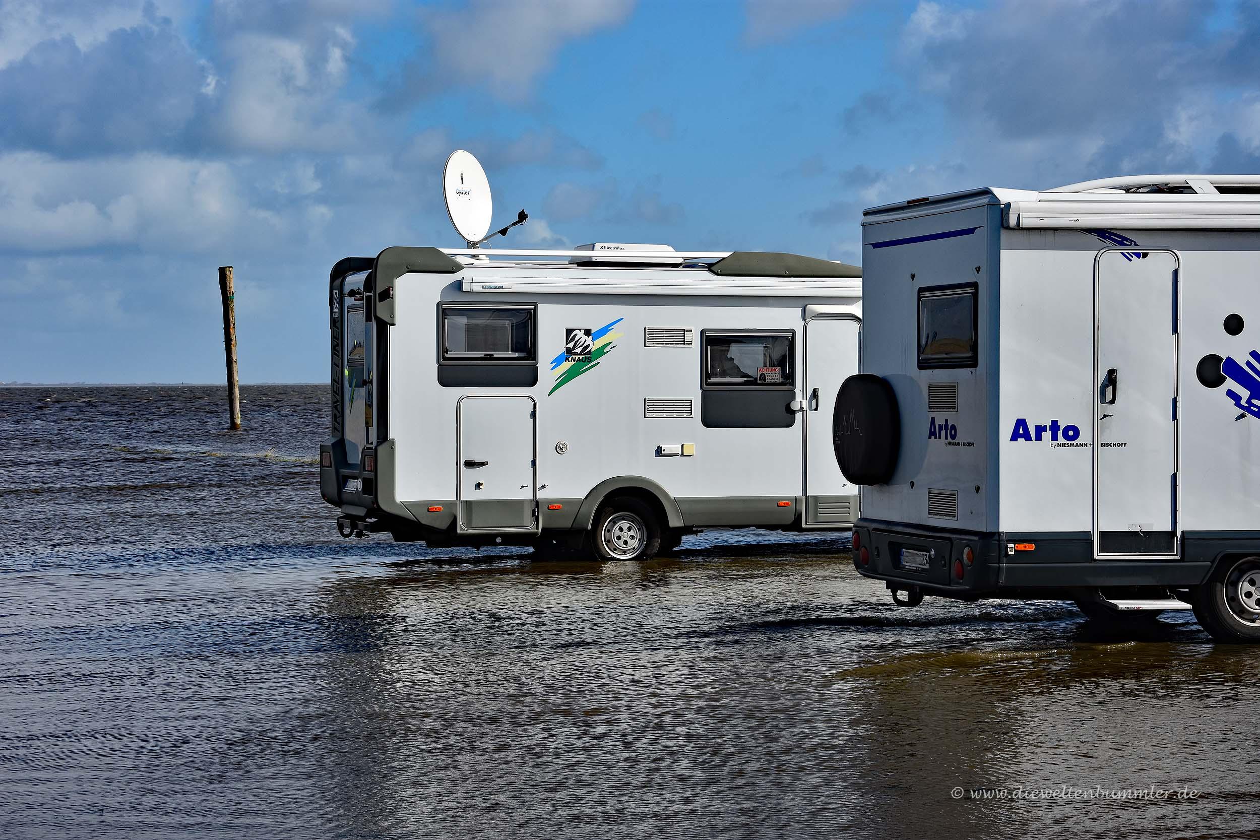 Wohnmobil im Nordseewasser