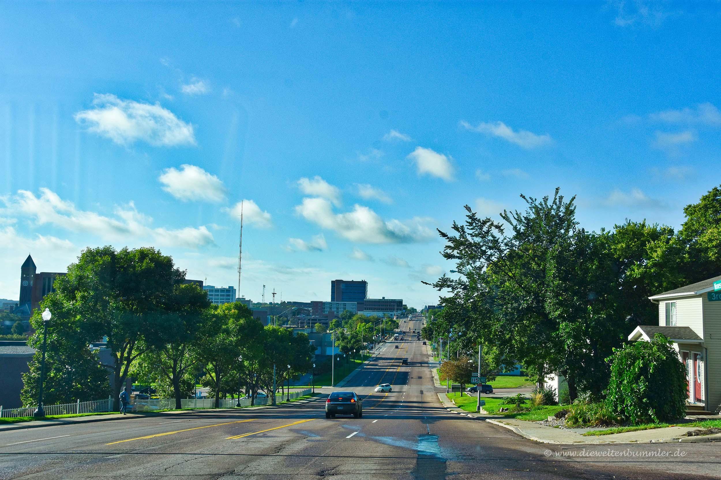 Breite Straße in die Stadt hinein