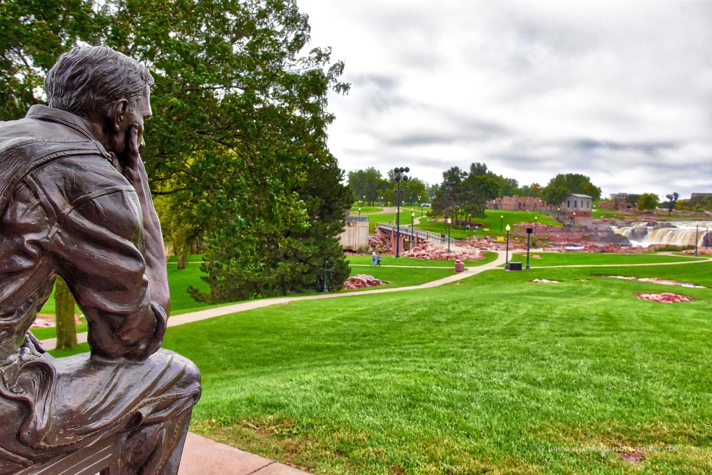 Skulptur am Rande des Parks