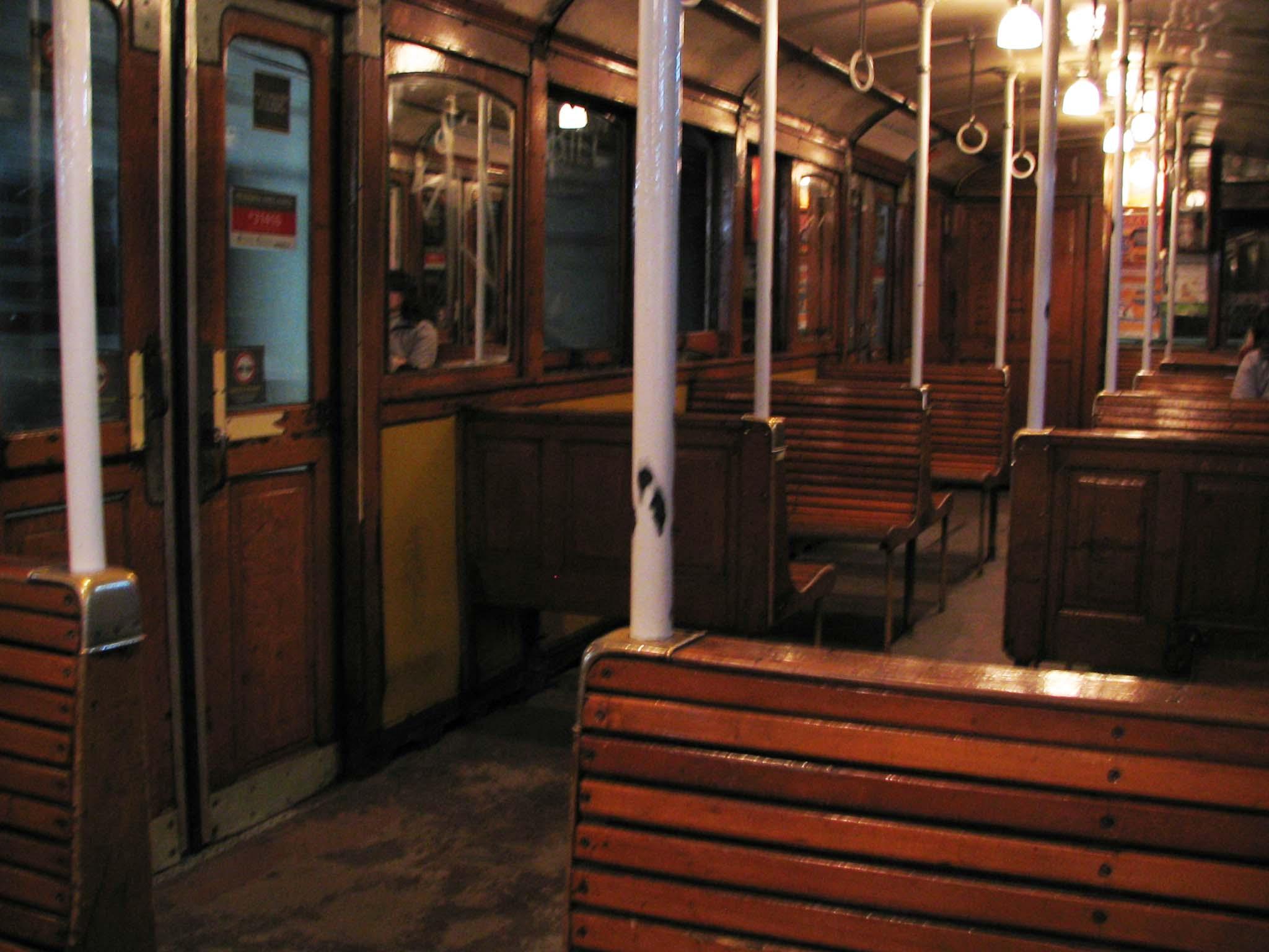 Holzklasse in der Metro von Buenos Aires