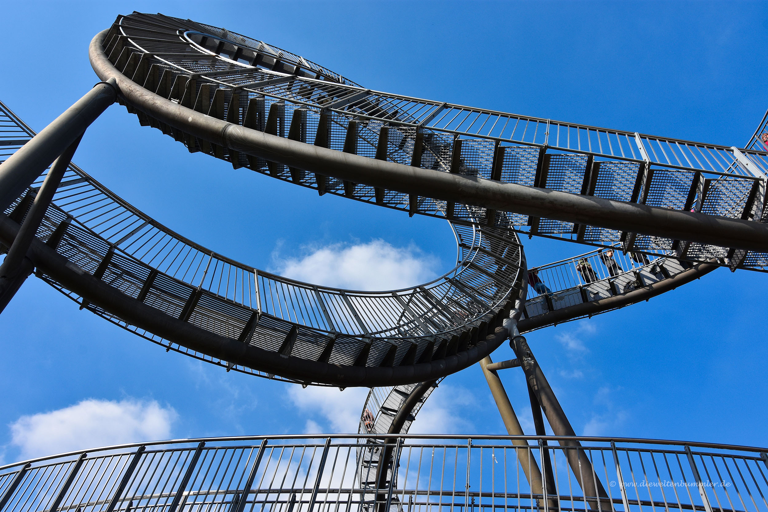 Waghalsige Treppenstufen führen durch das Bauwerk