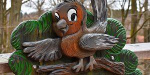 Holzvogel auf dem Pfad