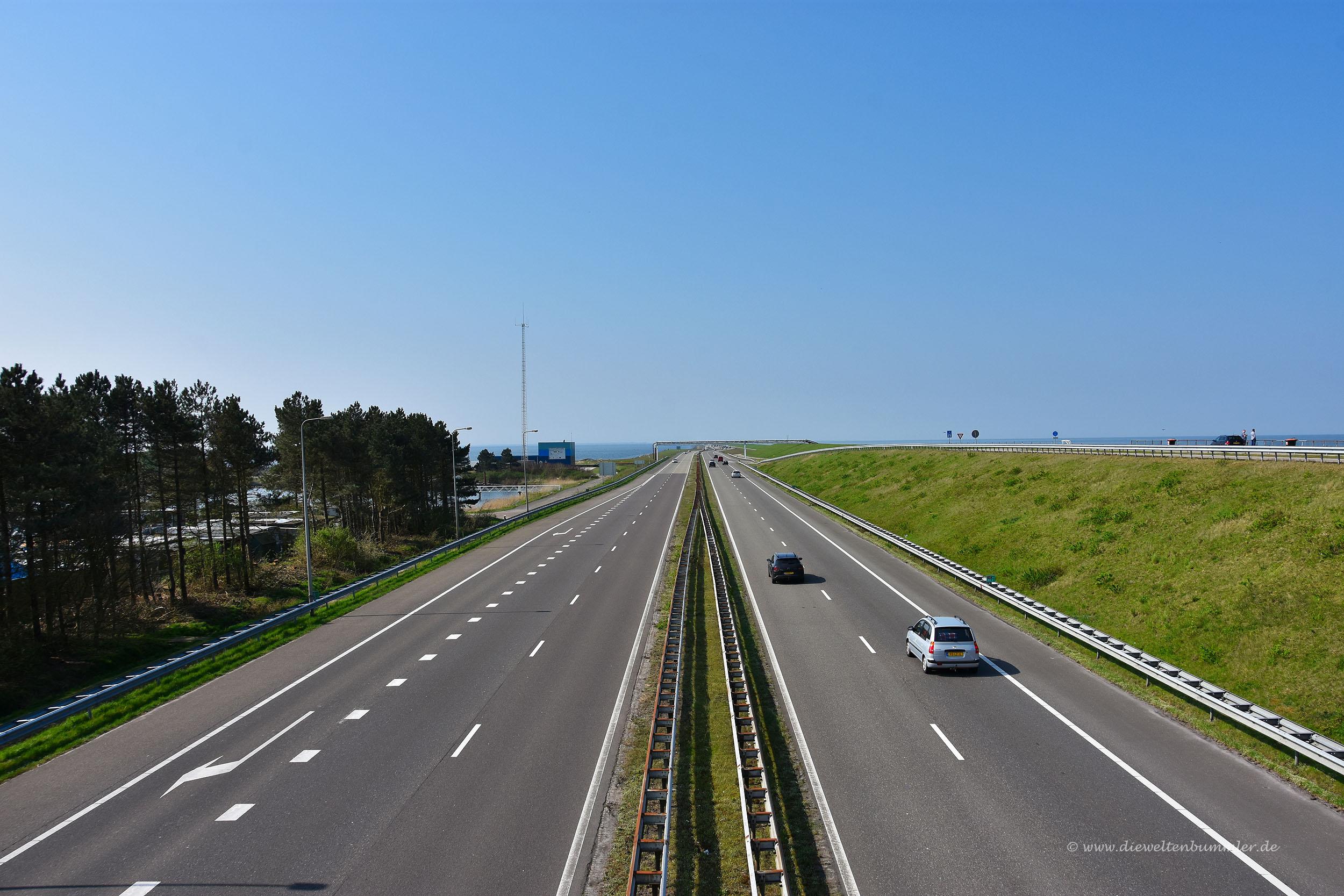 Autobahn auf dem Abschlussdeich