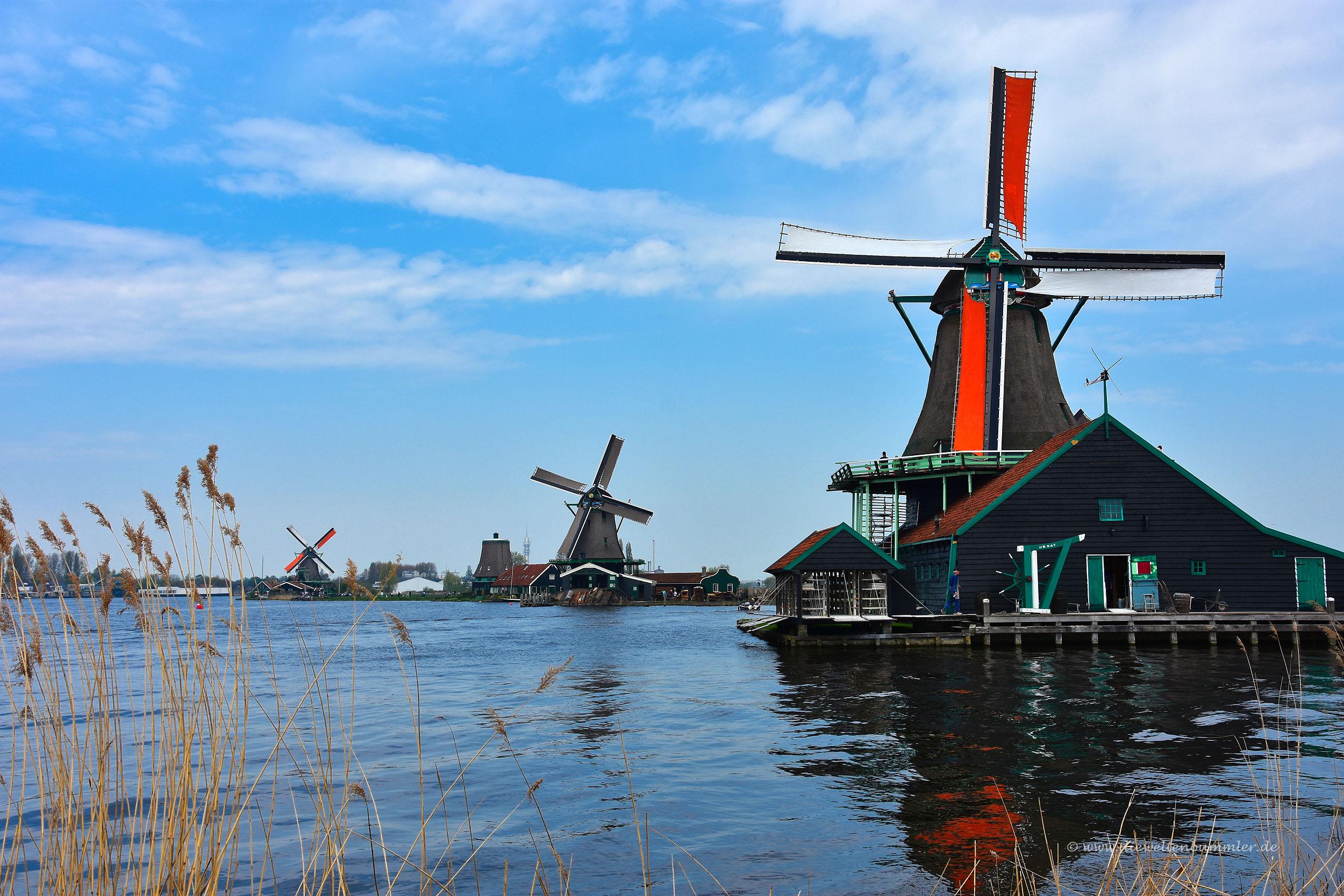 Farbenfrohe Windmühlen