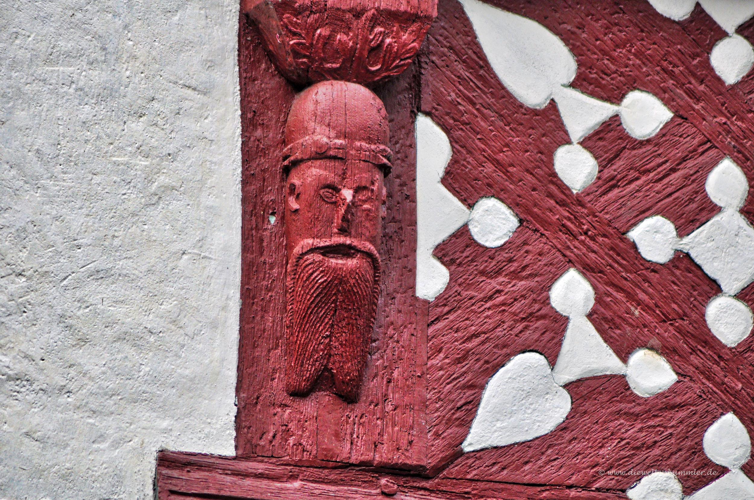 Holzschnitzereien an den Fassaden