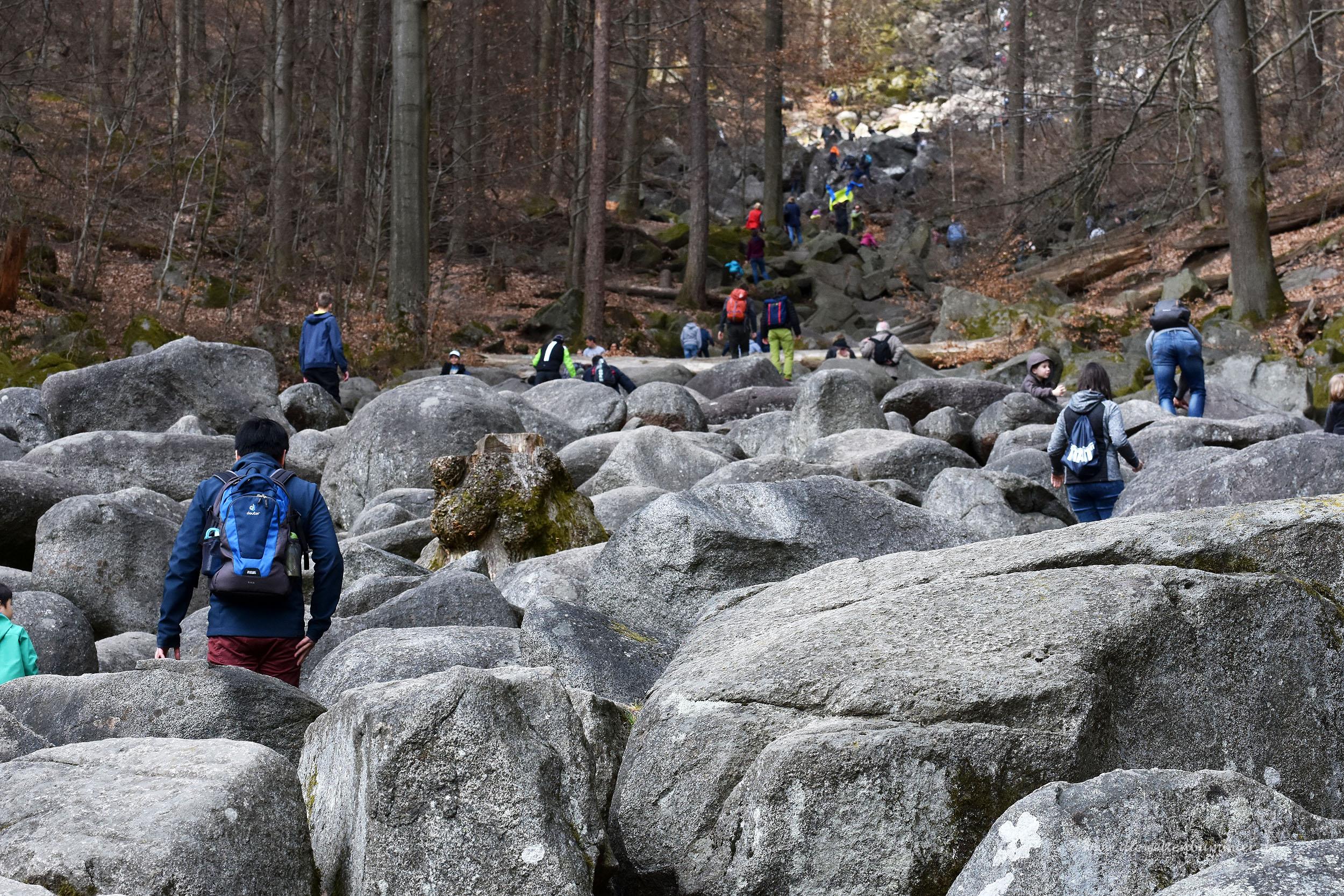 Viele Besucher zwischen den Felsen