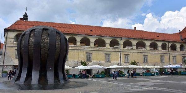 Skulptur vor der Burg in Maribor