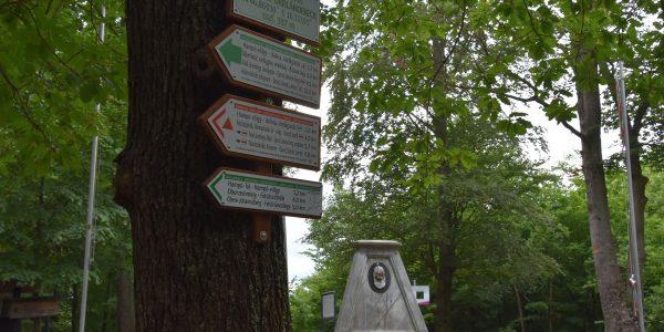 Wanderwegschilder in Ungarn