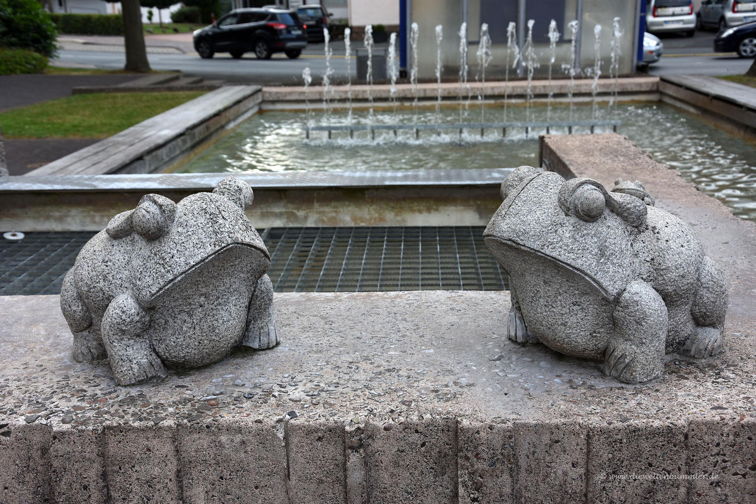 Frosch-Skulptur am Brunnen