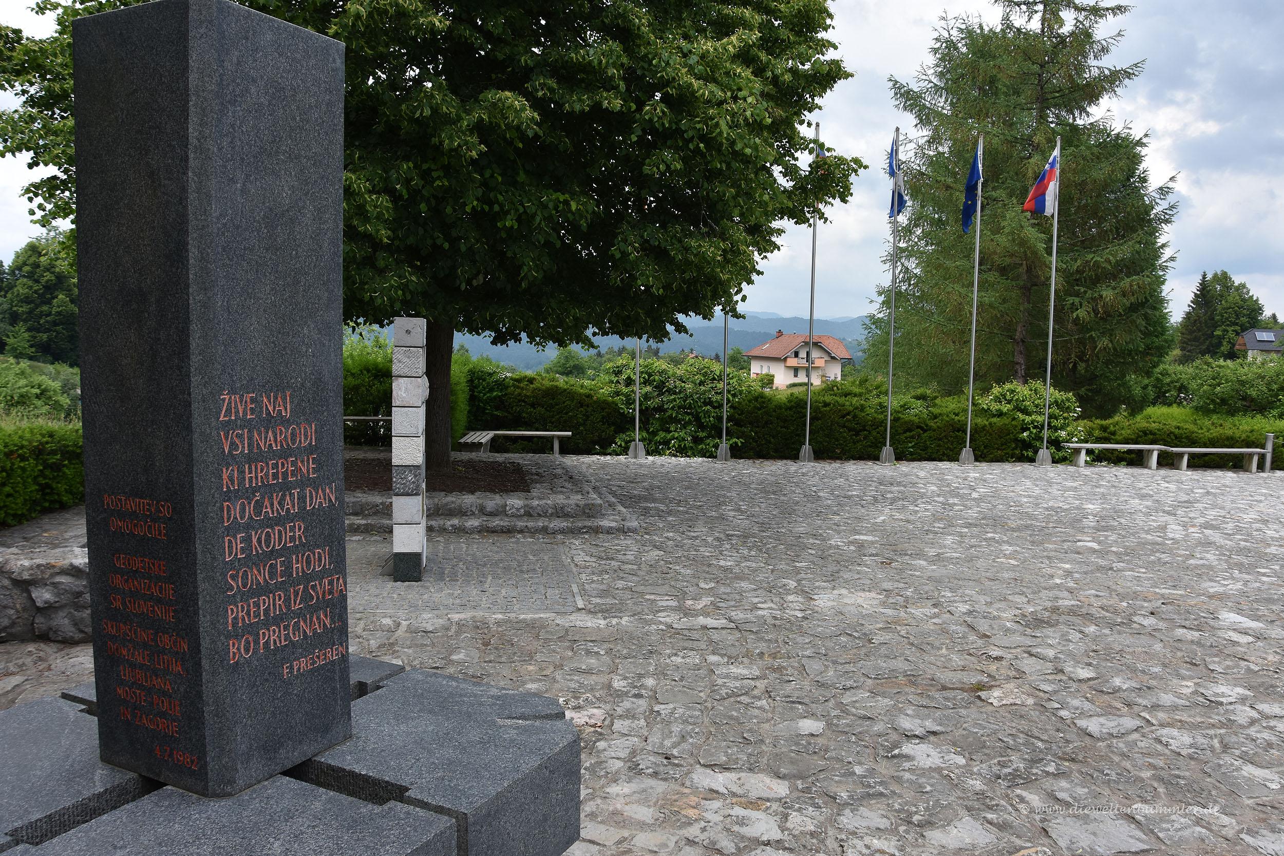 Im Hintergrund befindet sich der Ort Slivna