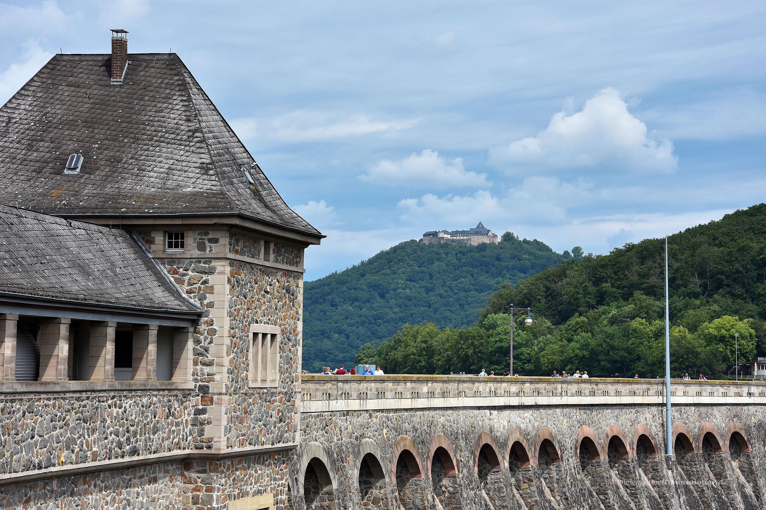 Staumauer mit Schloss Waldeck