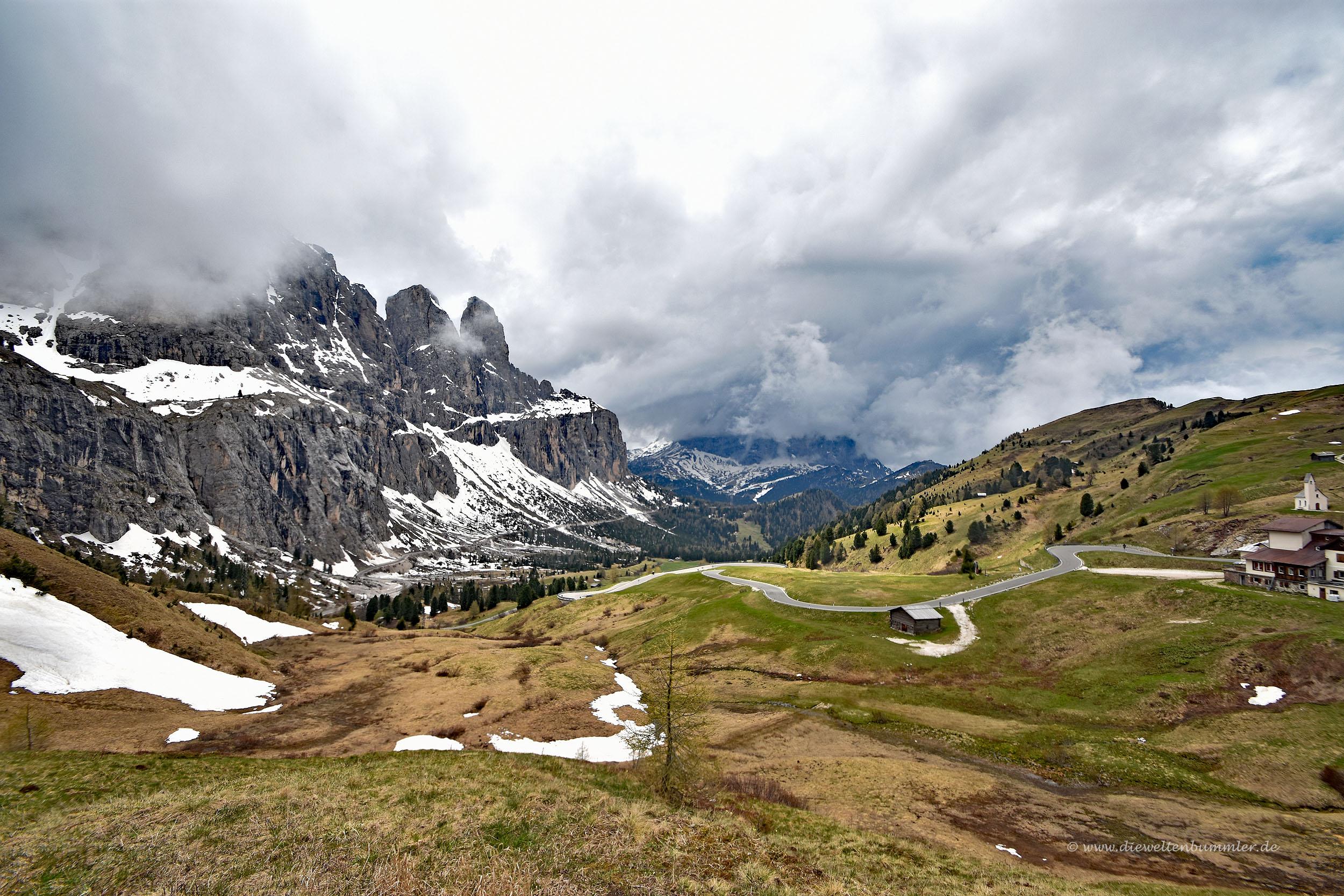 Straße und Berge am Grödner Joch