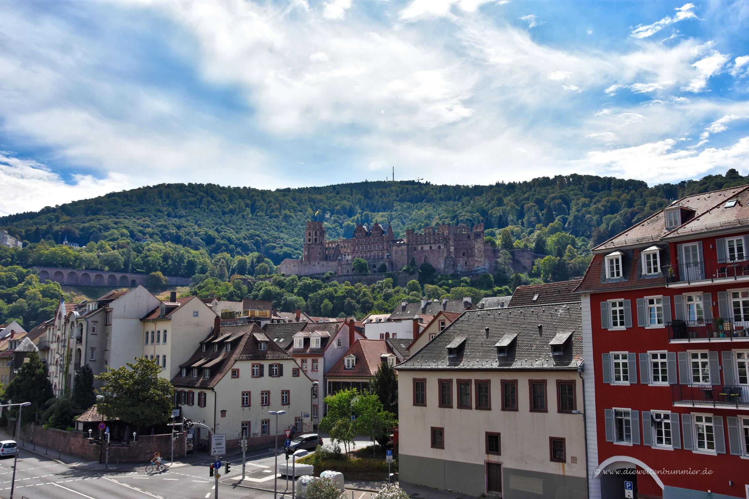 Blick von der Neckarbrücke zum Schloss