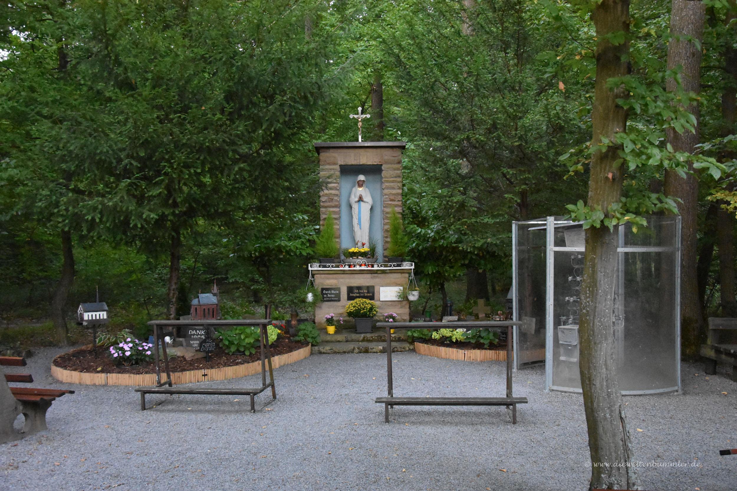 Kleine offene Waldkirche